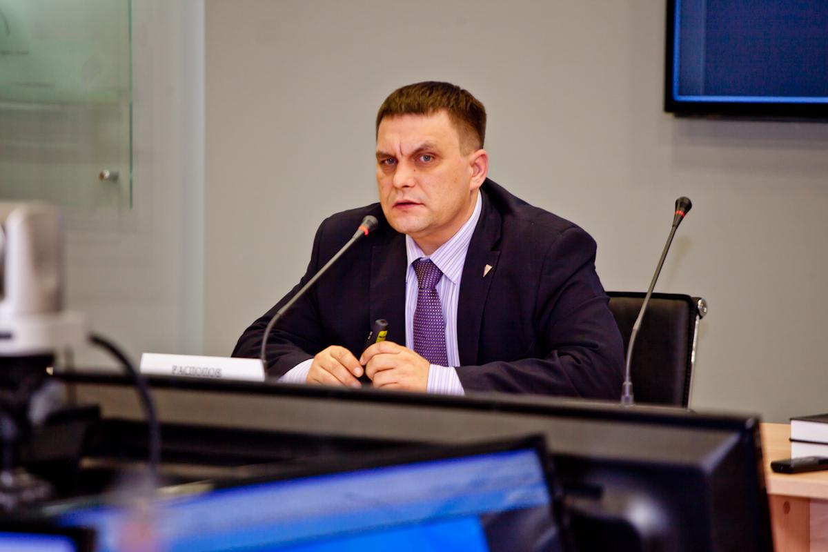 Выступает руководитель Информационного центра по атомной энергии Э.В. Распопов